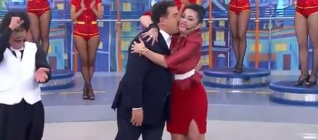 Ratinho abraça Milene Pavorô ao vivo em seu programa