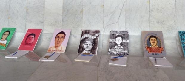 Retratos y cuadernos de los 43 desaparecidos de Guerrero