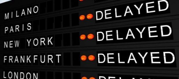 Il tabellone di un aeroporto indica i voli in ritardo.
