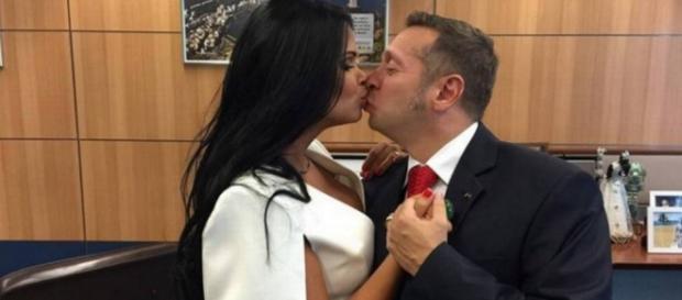 Primeira dama do turismo dá beijo no marido