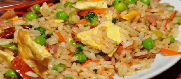Ricetta del riso fritto con piselli e uova