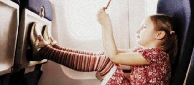 Nina de once años embarca sola sin billete