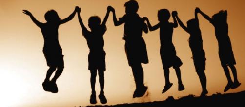 Gruppo di amici che gioca al tramonto