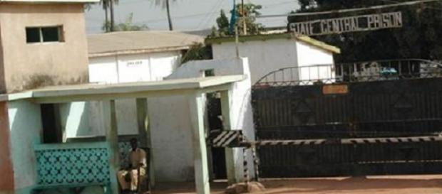 Prison officer sit guard at the entrance of the state central prison Mile II / Photo via Diasporium News