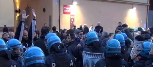 La polizia austriaca impegnata a contenere i tafferugli.