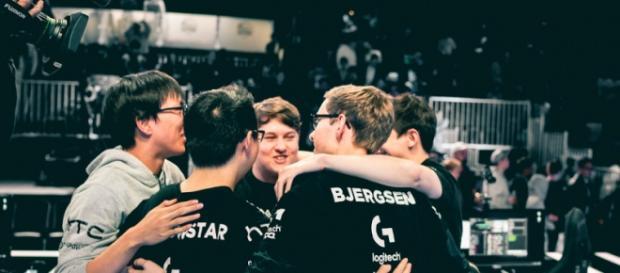 Foto del abrazo de TSM después del partido