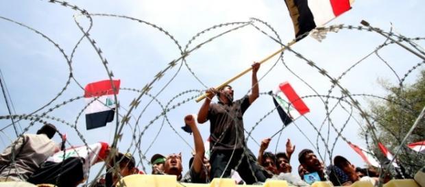 Los manifestantes colocaron alambras de púas en la carretera de entrada a la Zona Verde