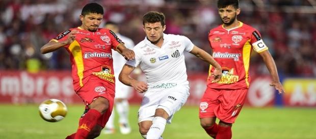 Ronaldo Mendes em disputa com Yuri
