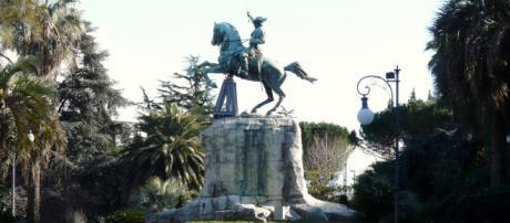 La Spezia Monumento a Garibaldi. Il sig. Boeri da oltre un mese senza la sua casa occupata da famiglia marocchina