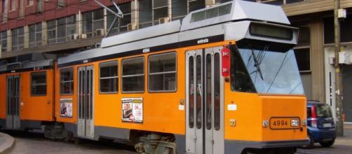 Cerca la 'ragazza del tram' a Milano con i volantini