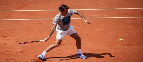 Federer hitting a forehand on clay/ Photo: Frédéric de Villamil (Flickr)