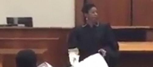 il giudice Verda Colvin mentre mostra il sacco per cadaveri ai ragazzi
