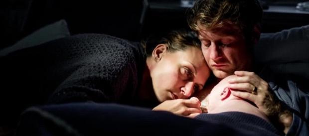 Cei doi părinți alături de bebelușul muribund