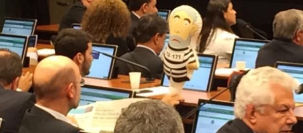 """O deputado Marcelo Aro (PHS-SP) levou hoje na Comissão Especial do Impeachment o famoso boneco """"Pixuleco"""""""
