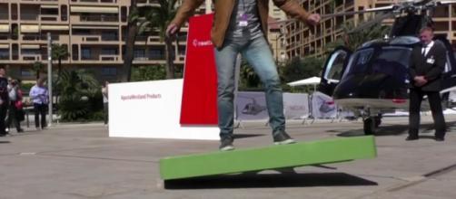 """Lo """"skateboard"""" volante durante un test"""