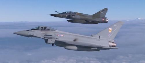 Un Eurofighter Typhoon dell Royal Air Force (RAF) britannica in volo con un Mirage francese