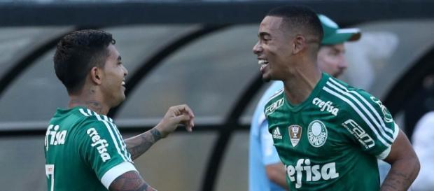 Dudu comemora gol contra o Corinthians. Jogador sentiu dores na coxa e foi vetado.