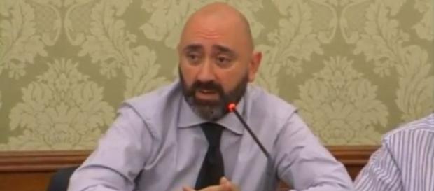 L'esponente del M5S usa parole dure contro il governo.