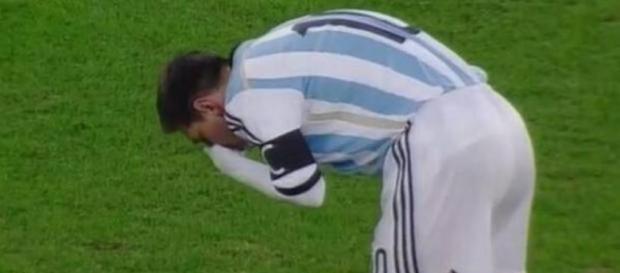 Leo Messi tosiendo por su enfermedad.