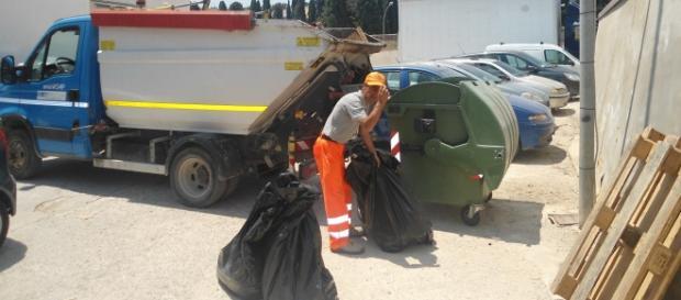 Un operatore ecologico del cantiere canicattinese