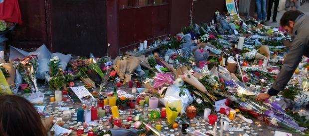 Fiori per ricordare i morti delle stragi di Parigi