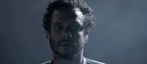 Deodato (Eduardo Gomes) percebe que não está sozinho / Divulgação
