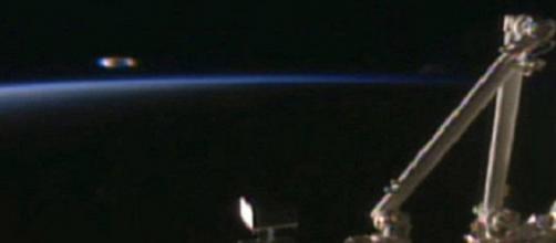 Ufo nello spazio accanto alla stazione spaziale internazionale, le immagini della Nasa