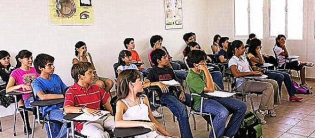 alumnos y alumnas escuchando al profesor
