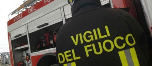 Reggio Calabria, automobile parcheggiata sul Lungomare si incendia