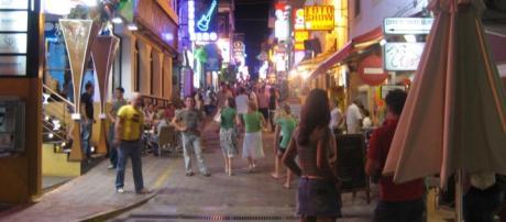 Il sindaco di San Antony de Portmany impone il divieto di bere per strada 24 ore su 24.