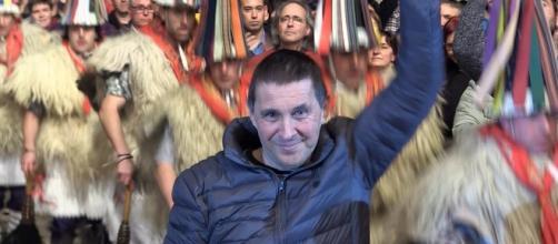 Arnaldo Otegui con el puño en alto