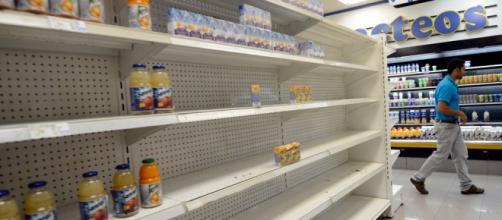 Escasean los productos de primera necesidad en los supermercados venezolanos