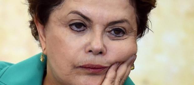 Dilma Rousseff aparentando desânimo com sua situação.