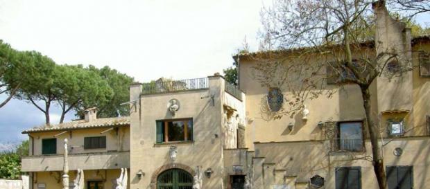 L'entrata della villa che avrebbe dovuto diventare un centro d'alta specializzazione di storia dell'arte.