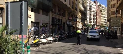 La policía local impìdiendo el paso