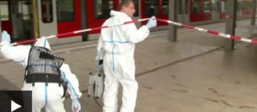 Policía forense alemana examinando la estación de Grafing