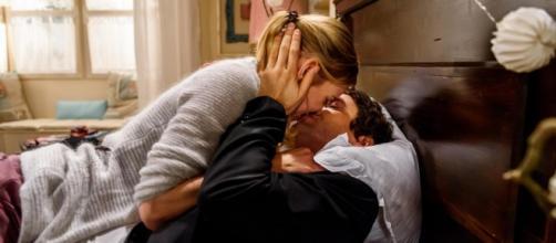 Sebastian e Luisa mentre si baciano.