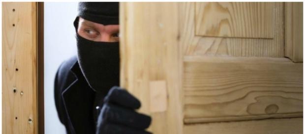Assaltante invadiu a casa e esfaqueou o proprietário