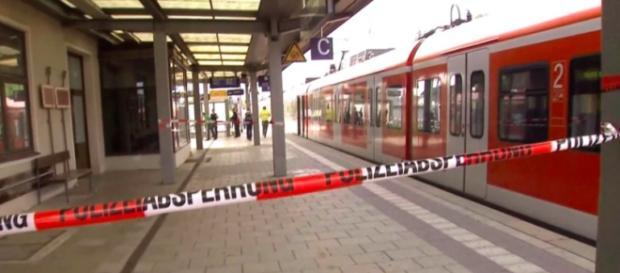 Attimi di terrore a Grafing dove un uomo armato di coltello attacca i passanti.