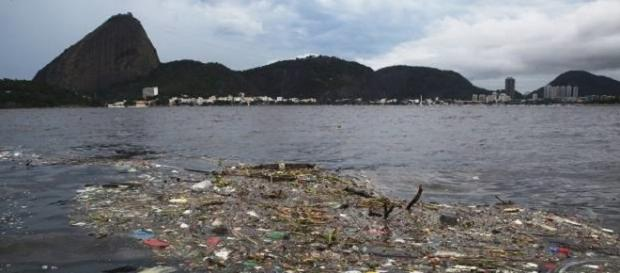 Baía de Guanabara e seus detritos (Crédito: Divulgação/NasManhas)