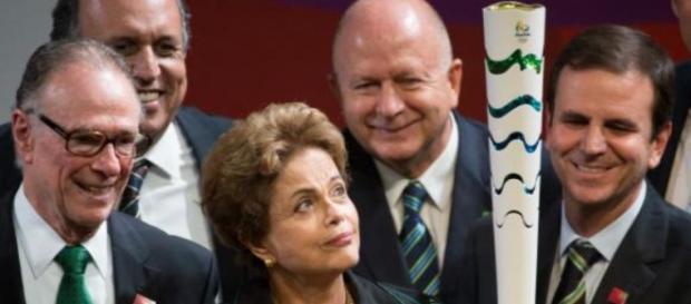 Dilma segura a Tocha Olímpica (Fonte: Wikipedia)