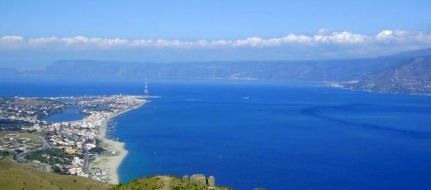 Fotografia dello Stretto di Messina.