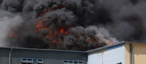 la nube di fumo sprigionata dall'esplosione nel supermercato
