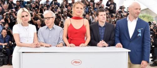 Los actores protagonistas y Woody Allen posando ante los fotógrafos