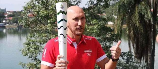 """Campeão olímpico, Nalbert celebra por carregar a tocha na sua """"segunda casa"""", em Belo Horizonte."""