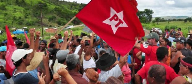 Integrantes do MST ostentando bandeira do PT