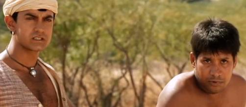 Amir Khan celebre attore e produttore indiano in una scena del film sulla storia del cricket Laagan