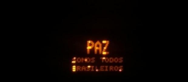 Placa: PAZ, somos todos brasileiros. Por: Letícia Cotta