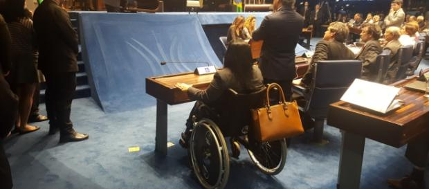 Senadora vai de cadeira de rodas votar