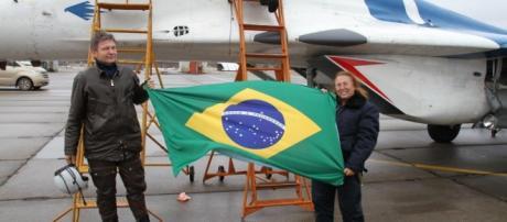 Dina Barile (à direita) na frente do caça que a levaria para a estratosfera, em novembro de 2015